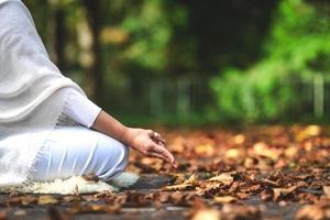 Posición de yoga durante una sesión en la naturaleza otoñal. foto