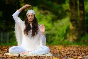 Instructor de yoga practica ejercicios en el parque en otoño. foto