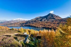 Típico paisaje otoñal del valle de la Engadina en los Alpes suizos foto
