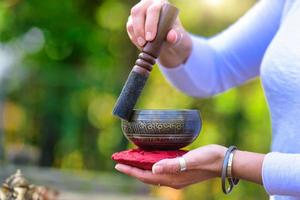 campana tibetana tocada foto