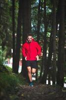 corredor en el bosque en un sendero natural foto