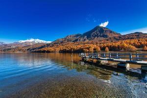 pequeño muelle en el lago de montaña en los alpes suizos foto