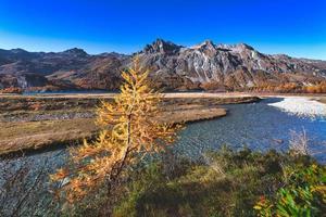 paisaje otoñal de engadina en los alpes suizos foto
