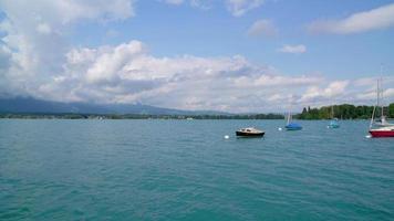 Lago Thun com nuvens na Suíça video