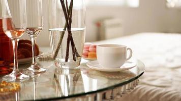 mesa de cristal con una taza de café, macarrones dulces. foto