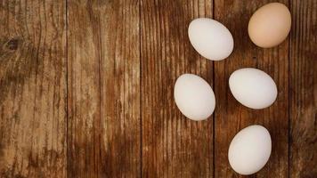 Cerca de huevos de gallina frescos en la mesa de madera de la naturaleza con espacio de copia. foto