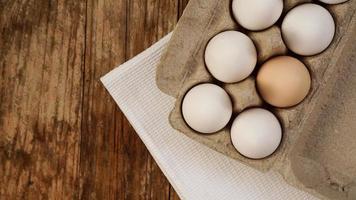 huevos blancos sobre fondo de madera foto