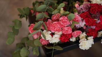 hermoso ramo de claveles rosados y blancos. ramo foto