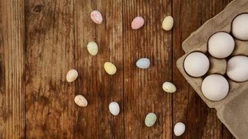 huevos de gallina en una bandeja de cartón y decoración de pascua foto