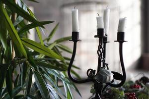 candelero de metal forjado con velas foto