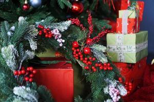 adornos navideños, árbol de navidad con bolas de colores foto