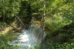 Cascada en un aluvión en el bosque en Chiemgau, Alemania foto