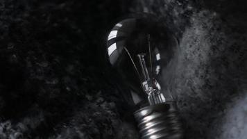 bombilla de luz sobre un fondo de punto gris foto