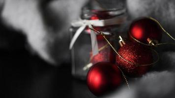 pequeñas bolas de navidad rojas en un frasco de vidrio foto