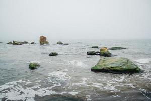 rocas en el mar temprano en la mañana foto