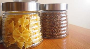 platos de pasta y alforfón. cocina saludable en envases de vidrio foto