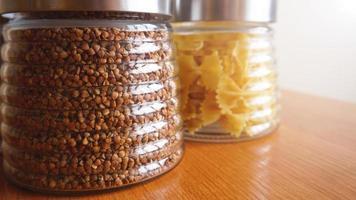 platos de pasta y alforfón. cocina saludable en recipiente de vidrio foto