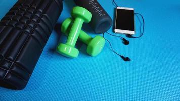 rodillo de espuma gimnasio equipo de fitness fondo azul auto miofascial foto