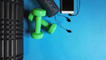 rodillo de espuma gimnasio equipos de fitness fondo azul foto