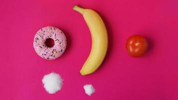 elija frutas saludables en lugar de dulces no saludables foto