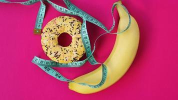 dos tipos de alimentos, saludables y no saludables, plátano foto