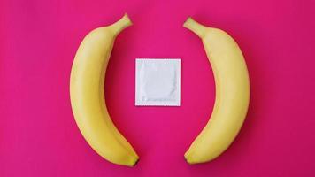 condones y dos plátanos juntos, concepto de anticonceptivos foto