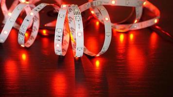 iluminación led roja. tira de led sobre fondo negro foto