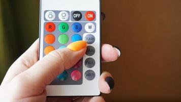 control remoto para cambiar colores en la mano foto