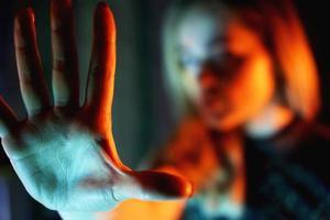 Mujer joven mostrando su negación sin ningún en su mano foto