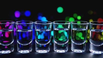vasos de vodka o tequila. en el bar foto
