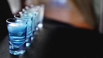 vasos de vodka con hielo. en el bar foto