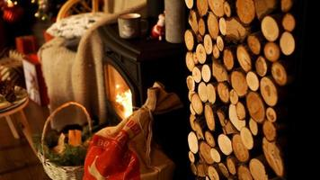 hermosa habitación decorada de vacaciones con árbol de navidad foto