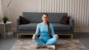 tiempo para el yoga. mujer joven atractiva haciendo ejercicio foto