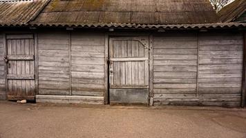 edificios rurales de madera. cobertizos viejos. salas de almacenamiento del zoológico foto