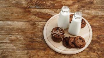 galletas de chispas de chocolate caseras y leche foto