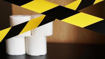 detener el pánico - coronavirus. papel higiénico detrás de la cinta foto