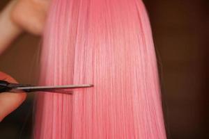 Peluca y tijeras - Peluca rosa - Fondo de peinado foto