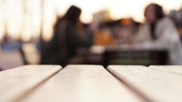 Fondo abstracto borroso con patio de comidas en la calle. mesa del patio de comidas foto