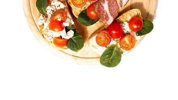 La bruschetta generalmente se sirve como bocadillo o aperitivo. foto
