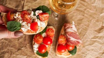 bruschetta con tomates cherry. copa de vino, aperitivo italiano. foto