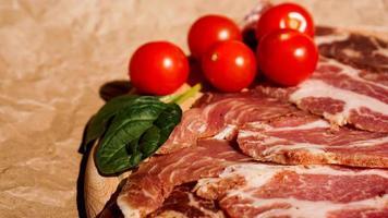 rodajas de carne y tomates cherry. ingredientes para sandwich foto