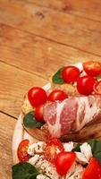 aperitivo italiano. bruschetta sobre una tabla de madera foto