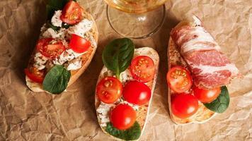bruschetta con tomates cherry. aperitivo italiano foto