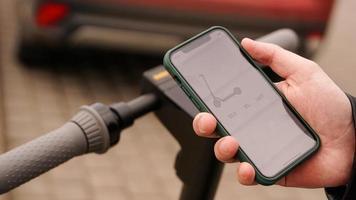 aplicación de scooter eléctrico. smartphone en manos de un hombre. foto