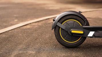 Foto de primer plano de la rueda trasera de un scooter eléctrico.
