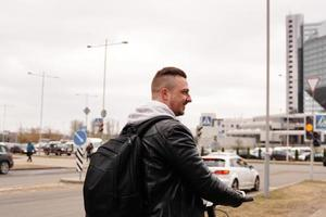 joven, con, mochila, en, el suyo, espalda, equitación, en, scooter foto