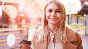 joven rubia con una taza de café. foto