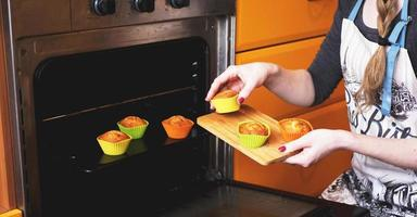 Primer plano muffins listos para salir del horno eléctrico foto