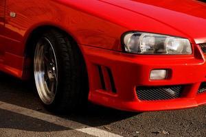coche retro rojo. coche antiguo de época. faro de cerca foto