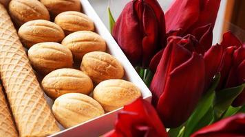 galletas de mantequilla y tulipanes. regalo a la mujer foto